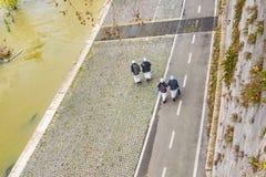 Καλόγριες που περπατούν στη διάβαση πεζών Tiber, Ρώμη, Ιταλία Στοκ φωτογραφία με δικαίωμα ελεύθερης χρήσης