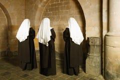 Καλόγριες στη μεσαιωνική μονή Στοκ φωτογραφία με δικαίωμα ελεύθερης χρήσης