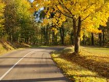 Καλός δρόμος βουνών το πρόωρο φθινόπωρο συμπαθητικό ταξίδι στοκ φωτογραφία