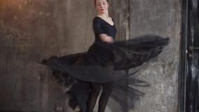 Καλός θηλυκός χορευτής στο στούντιο απόθεμα βίντεο