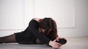 Καλός χορευτής κοριτσιών που θερμαίνει στο στούντιο απόθεμα βίντεο