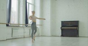 Καλός χορευτής μπαλέτου που εκτελεί το En soutenu tournant απόθεμα βίντεο