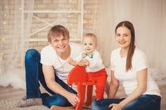 Καλό αγοράκι στο κοστούμι Άγιου Βασίλη για τα Χριστούγεννα Μητέρα, FA Στοκ φωτογραφία με δικαίωμα ελεύθερης χρήσης