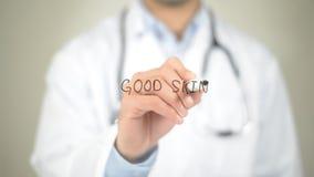 Καλό δέρμα, γιατρός που γράφει στη διαφανή οθόνη Στοκ Εικόνες
