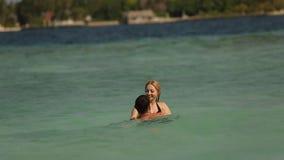 Καλό ζεύγος που κολυμπά σε Ινδικό Ωκεανό σε μια κενή παραλία Μήκος σε πόδηα δύο εραστών στο μήνα του μέλιτος που λούζει και που φ απόθεμα βίντεο