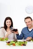 Καλό ζεύγος που πίνει το κόκκινο κρασί ενώ έχοντας το μεσημεριανό γεύμα Στοκ φωτογραφία με δικαίωμα ελεύθερης χρήσης