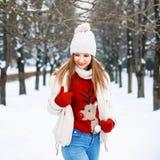 Καλό κορίτσι με ένα μοντέρνο αναδρομικό πουλόβερ, ένα άσπρο χειμερινό σακάκι Στοκ Φωτογραφίες