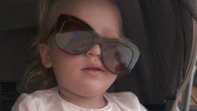Καλό κοριτσάκι στα γυαλιά ηλίου mums απόθεμα βίντεο