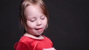 Καλό μικρό κορίτσι που τρώει εύγευστο marshmallow φιλμ μικρού μήκους
