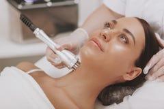 Καλό νέο επισκεπτόμενο cosmetologist γυναικών στην κλινική ομορφιάς στοκ εικόνα με δικαίωμα ελεύθερης χρήσης