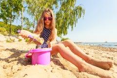 Καλό πανέμορφο παιχνίδι μικρών κοριτσιών με την άμμο Στοκ Εικόνες
