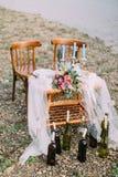 Καλό σύνολο γαμήλιων πινάκων που διακοσμείται με τα λουλούδια στην ακτή Στοκ Φωτογραφία