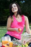 καλό picnic γέλιου κοριτσιών brunette στοκ φωτογραφίες