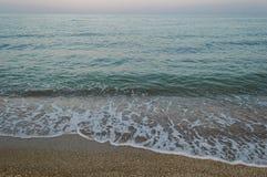 Καλό seascape βραδιού και πορφυρός ουρανός βραδιού Στοκ φωτογραφία με δικαίωμα ελεύθερης χρήσης
