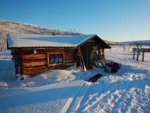 Καλύβα αγριοτήτων σε μια να κάνει σκι διαδρομή στο lappland Στοκ εικόνα με δικαίωμα ελεύθερης χρήσης