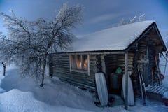 Καλύβα αγριοτήτων σε μια να κάνει σκι διαδρομή στο lappland Στοκ Φωτογραφίες