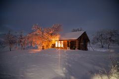 Καλύβα αγριοτήτων σε μια να κάνει σκι διαδρομή στο lappland Στοκ φωτογραφία με δικαίωμα ελεύθερης χρήσης