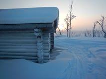 Καλύβα αγριοτήτων σε μια να κάνει σκι διαδρομή στο lappland Στοκ φωτογραφίες με δικαίωμα ελεύθερης χρήσης