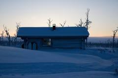 Καλύβα αγριοτήτων σε μια να κάνει σκι διαδρομή στο lappland Στοκ Φωτογραφία