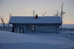 Καλύβα αγριοτήτων σε μια να κάνει σκι διαδρομή στο lappland Στοκ εικόνες με δικαίωμα ελεύθερης χρήσης