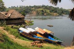 Καλύβα και βάρκα στην ακτή του ποταμού του Νείλου στοκ εικόνα