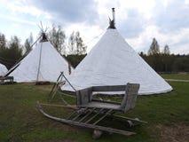 Καλύβα herders Nenets για το καλοκαίρι σε ένα λιβάδι, μια σαφή ημέρα στοκ εικόνες με δικαίωμα ελεύθερης χρήσης