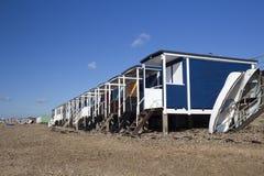 Καλύβες και βάρκες παραλιών στην παραλία κόλπων Thorpe, Essex, Αγγλία Στοκ Φωτογραφίες