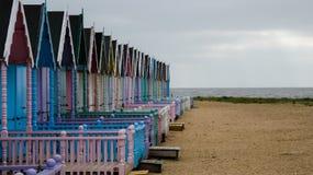 Καλύβες παραλιών σε μια κενή παραλία στην Αγγλία πριν από τη θύελλα στοκ εικόνες με δικαίωμα ελεύθερης χρήσης