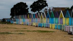 Καλύβες παραλιών σε μια κενή παραλία στην Αγγλία πριν από τη θύελλα στοκ φωτογραφίες με δικαίωμα ελεύθερης χρήσης
