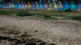 Καλύβες παραλιών στην Αγγλία μετά από μια θύελλα στη δύση Mersea, Αγγλία UK στοκ εικόνα με δικαίωμα ελεύθερης χρήσης