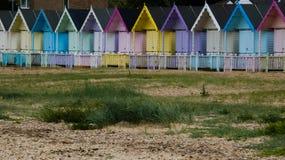 Καλύβες παραλιών στην Αγγλία μετά από μια θύελλα στη δύση Mersea, Αγγλία UK στοκ φωτογραφία με δικαίωμα ελεύθερης χρήσης