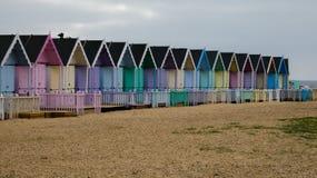 Καλύβες παραλιών στην Αγγλία μετά από μια θύελλα στη δύση Mersea, Αγγλία UK στοκ φωτογραφίες