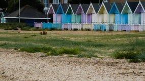 Καλύβες παραλιών στην Αγγλία μετά από μια θύελλα στη δύση Mersea, Αγγλία UK στοκ φωτογραφία