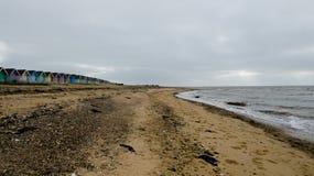 Καλύβες παραλιών στην Αγγλία μετά από μια θύελλα στη δύση Mersea, Αγγλία UK στοκ εικόνες