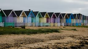 Καλύβες παραλιών στην Αγγλία μετά από μια θύελλα στη δύση Mersea, Αγγλία UK στοκ εικόνες με δικαίωμα ελεύθερης χρήσης