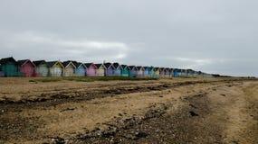 Καλύβες παραλιών στην Αγγλία μετά από μια θύελλα στη δύση Mersea, Αγγλία UK στοκ εικόνα