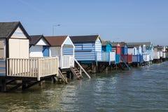 Καλύβες παραλιών στον κόλπο Thorpe σε Essex στοκ εικόνα