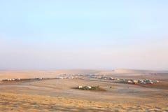Καλύβες στρατοπέδευσης και αμμόλοφοι άμμου του Κατάρ Στοκ εικόνες με δικαίωμα ελεύθερης χρήσης