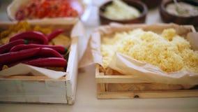 Καλύμματα πιτσών, ξυμένα τυρί και πιπέρι απόθεμα βίντεο