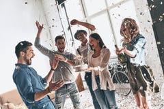 Καλύτερα γενέθλια Ευτυχή γενέθλια εορτασμού νεαρών άνδρων μεταξύ του φίλου Στοκ εικόνες με δικαίωμα ελεύθερης χρήσης