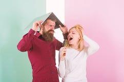Καλύτερα τραγουδήστε στο ταλέντο παρουσιάζει απ'ό, τι στην εργασία Η κυρία φαντάζεται ότι είναι ταλαντούχος τραγουδιστής σούπερ σ στοκ φωτογραφία με δικαίωμα ελεύθερης χρήσης