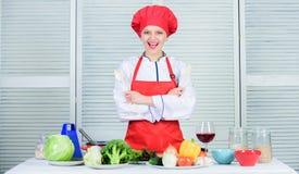 Καλύτερες μαγειρικές συνταγές που δοκιμάζουν στο σπίτι Ο γυναικείος λατρευτός αρχιμάγειρας διδάσκει τις μαγειρικές τέχνες Επαγγελ στοκ εικόνες