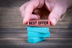 καλύτερη προσφορά Επιχειρησιακή έννοια με τους ζωηρόχρωμους ξύλινους φραγμούς Στοκ φωτογραφία με δικαίωμα ελεύθερης χρήσης