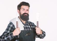Καλύτερη σχάρα cookware Γενειοφόρα εργαλεία σχαρών εκμετάλλευσης ατόμων στα χέρια Μάγειρας σχαρών που χρησιμοποιεί spatula και σχ στοκ εικόνες με δικαίωμα ελεύθερης χρήσης