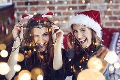 Καλύτεροι φίλοι κατά τη διάρκεια του χρόνου Χριστουγέννων Στοκ Εικόνα