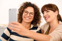 Καλύτεροι φίλοι που κάνουν ένα selfie Στοκ Εικόνες