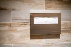 Καλύψεις καθισμάτων τουαλετών εγγράφου για την υγιεινή σε έναν δημόσιο χώρο ανάπαυσης στοκ φωτογραφίες με δικαίωμα ελεύθερης χρήσης