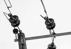 Καλώδια και μονωτές ηλεκτρικής δύναμης υψηλής τάσης που βλέπουν στους ξύλινους πόλους στοκ εικόνες