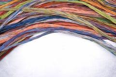 Καλώδια και καλώδια του ηλεκτρικού και δικτύου τηλεπικοινωνιών στην γκρίζα επιφάνεια μετάλλων Στοκ φωτογραφία με δικαίωμα ελεύθερης χρήσης
