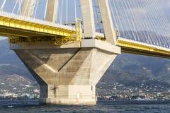 Καλώδια και υποστηρίξεις της γέφυρας Ρίο-Antirio στην Ελλάδα ενάντια στο μπλε Στοκ Εικόνες